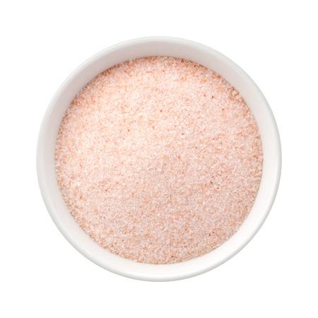 sal: Fine sal rosa del Himalaya en un plato de cerámica. La imagen es un recorte, aislado en un fondo blanco, con un trazado de recorte.