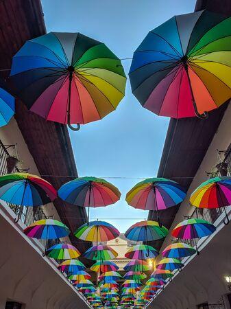 Strada decorata con ombrelloni colorati. Kosice, Slovacchia Archivio Fotografico