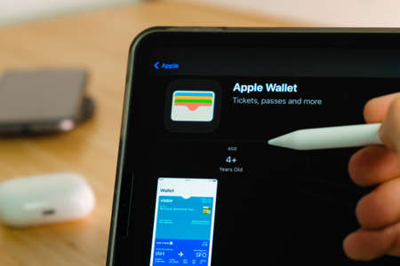 Apple Wallet logo shown by apple pencil on the iPad Pro tablet screen. Man using application on the tablet. December 2020, San Francisco, USA. Stockfoto - 168121785