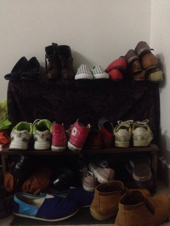 casual: Messy Shoe Rack Full Of Shoes
