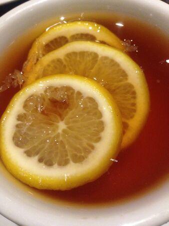 lemon slices: Fette di limone nel t�