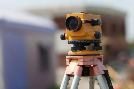 Surveyorapparatuur tacheometer of theodoliet in openlucht bij bouwwerf Stockfoto