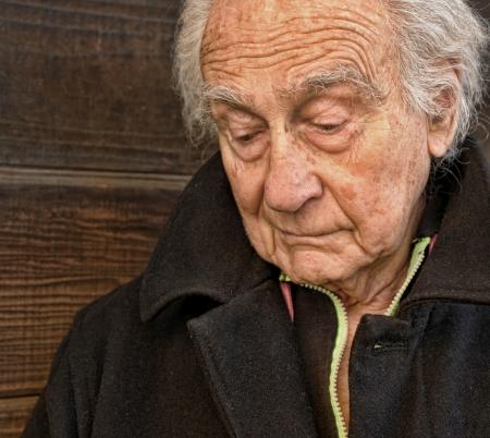 hombre solitario: Retrato al aire libre de un hombre mayor con SadnessSe