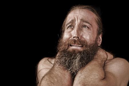 vagabundos: Imagen muy emocional de un hombre con barba sin hogar llanto