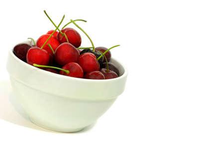 흰색에 신선한 체리의 아름다운 그릇