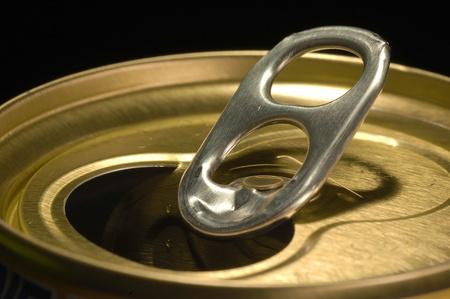 lata de refresco: Lata de refresco en Negro Foto de archivo