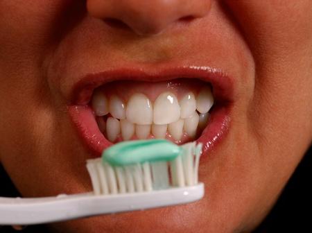 女性の歯を磨く