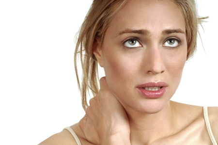 아픈: 심한 목 통증을 가진 젊은 여자의 초상화