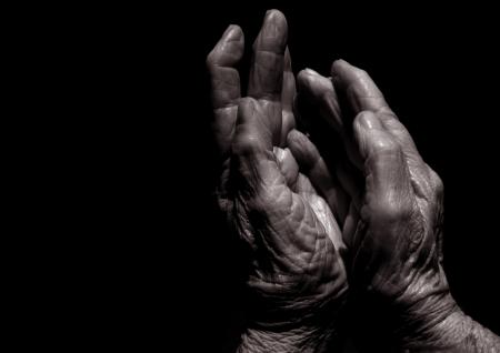 artritis: Imagen en blanco y negro de las manos de la Virgen mayores