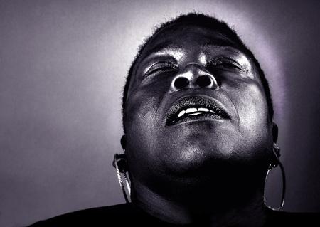 éxtasis: Mujer afro-americana que expresa la alegría de vivir Foto de archivo