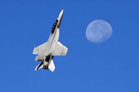 Mooi Beeld van de Militaire F-18 en de Maan Redactioneel
