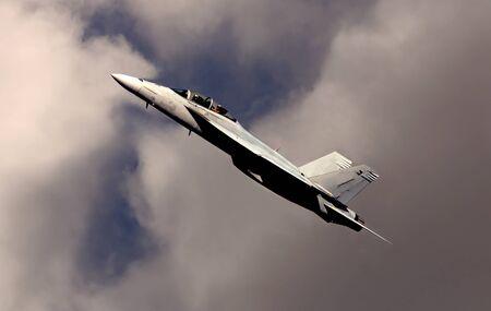 航空ショー: F 18 の雲を通過の素敵な画像