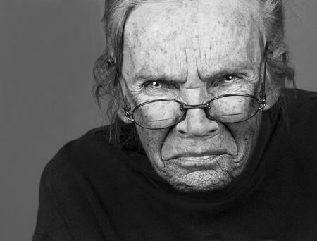 krachtige vrouw: Krachtige Afbeelding van een oudere vrouw met wijsheid Stockfoto