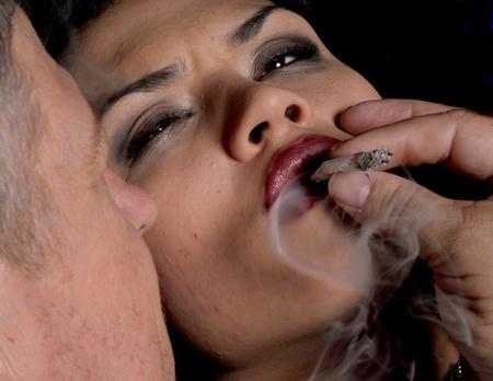 seducing: Suggestiva immagine di un uomo seduce una donna per fare farmaci Archivio Fotografico