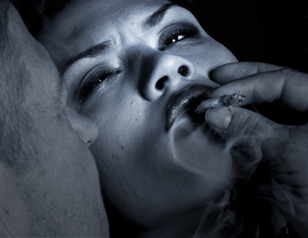마약 일에 여자를 유혹하는 남자의 눈에 띄는 이미지