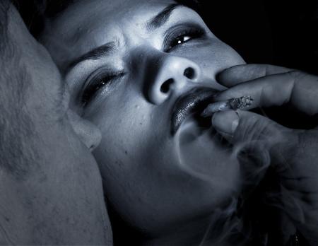 drogadiccion: Imagen impactante de un hombre seducir a una mujer a hacer las drogas