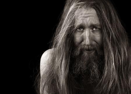 clochard: Ritratto molto emotiva di un uomo barbuto On Black Archivio Fotografico
