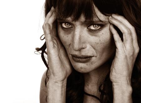 drogadicto: Imagen inquietante de un drogadicto en blanco