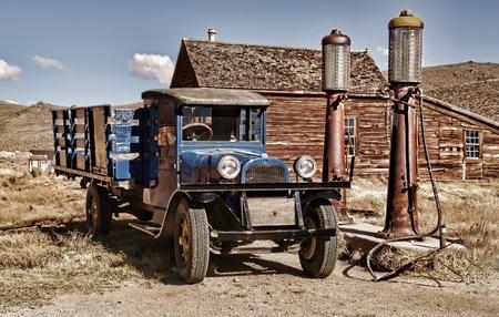 estacion de gasolina: 1.927 camiones de época en pueblo fantasma de Bodie Editorial