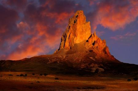 strata: Immagine a colori belli della Monument Valley al tramonto