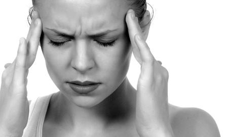 hoofdpijn: Vrouw met ernstige Migraine Hoofdpijn hand in hand aan het hoofd
