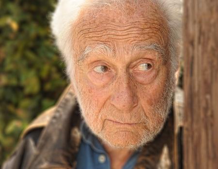 高齢男性のドア肖像素敵なアウト