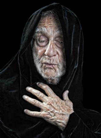 Mooi beeld van een bejaarde geestelijke mens op zwart Stockfoto