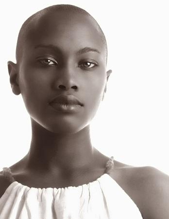 mujeres africanas: Imagen de una hermosa mujer afroamericana aislada