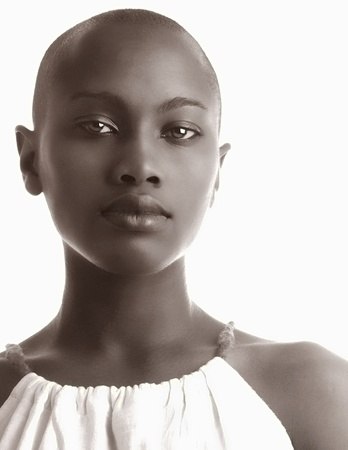 negras africanas: Imagen de una hermosa mujer afroamericana aislada