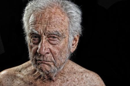 Opvallend Afbeelding van een senior man erg overstuur