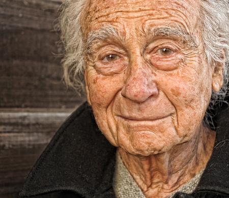 caras tristes: Imagen bonito retrato de un hombre mayor al aire libre