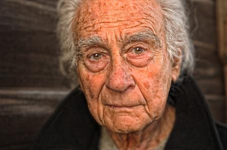 hombre solo: Retrato emocional muy agradable de un hombre de edad avanzada