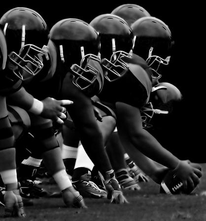 football play: Immagine Impressionante della linea in avanti in American Football Editoriali