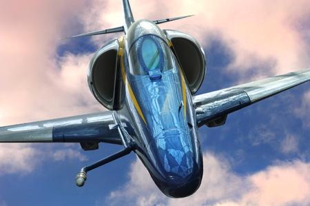 avion de chasse: Neuf image d'un avion à réaction à travers les nuages