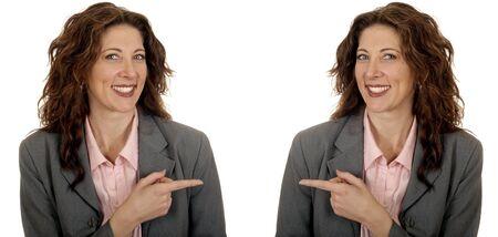 gemelas: Bonita imagen de la mujer de negocios gemelas Señalando copyspace para su proyecto Foto de archivo