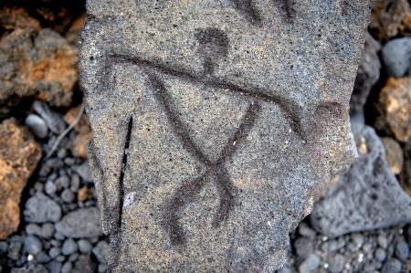 peinture rupestre: Étonnantes 1700 années vieux anciens pétroglyphes d'Hawaï fait dans la lave de la grande île