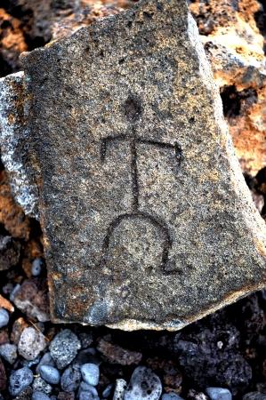 peinture rupestre: Étonnants 1700 année vieux anciens pétroglyphes d'Hawaï fait dans la lave de l'île de La grande