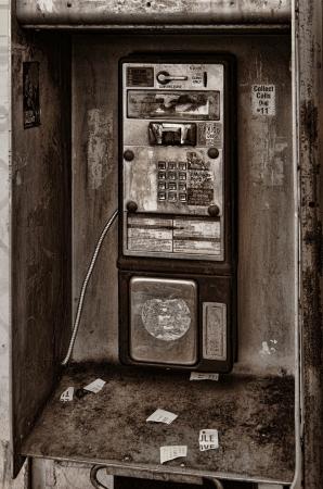 cabina telefonica: Interesante imagen de una cabina telefónica en ruinas