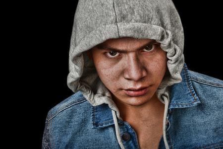 pandilleros: Muy llamativa imagen de una juventud latino muy enojado