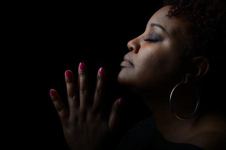 Muy Bonita imagen emocional de una hermosa Mujer afroamericana dar Gracias Foto de archivo