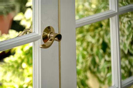 Hermosa puerta de entrada al jardín en una casa moderna Foto de archivo - 37409442