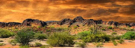 Hermoso panorama toda imagen natural de formaciones de nubes y las montañas rocosas cerca de la frontera de Nuevo México y México Foto de archivo - 38671686