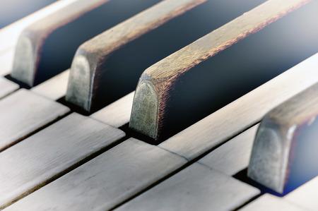 teclado de piano: Claves de muy viejo piano con un toque vintage Foto de archivo