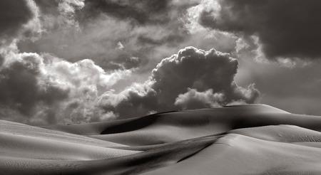 desierto del sahara: Hermosa imagen de la arena de las dunas de Imperial California con una tormenta que viene