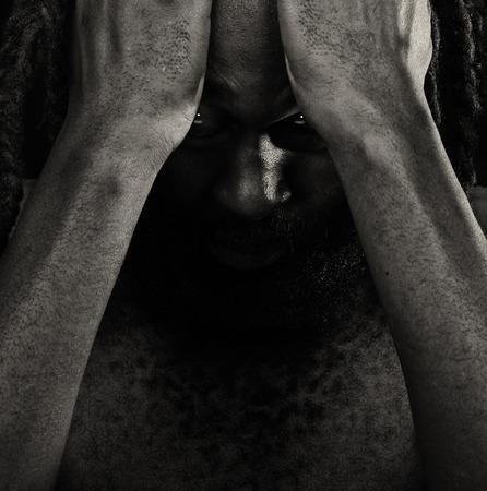 Imagen muy emocional de un hombre americano Afro con vergüenza Foto de archivo - 43627324