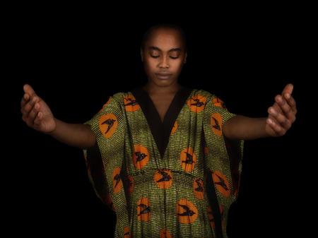 mujeres africanas: Bella imagen de una mujer afro americana En Negro Foto de archivo