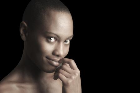 piel humana: Imagen hermosa de una mujer afro Sonreír Americana sobre Negro Foto de archivo