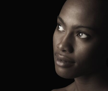 negras africanas: Imagen hermosa de una mujer afroamericana En Negro