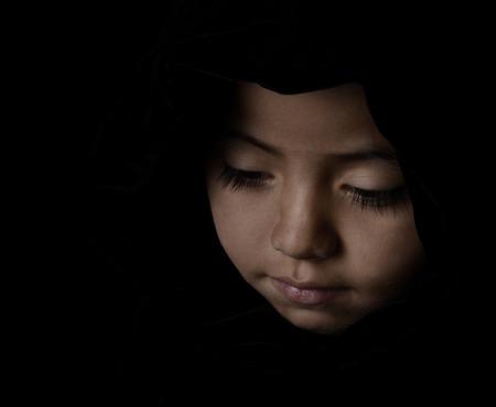 niños latinos: Niza Baja llamativa Clave imagen sensible de una joven Latina sobre Negro