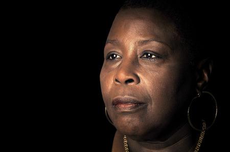 mujer triste: Potente Retrato de una mujer afroamericana con la sabiduría